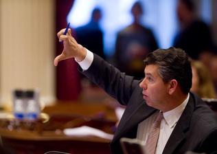"State Senate Leader Darrell Steinberg talks to reporters as budget vote falls apart (Picture taken by an Orange Juice pajarito in Sacramento) ""Sen. Abel Maldonado said this afternoon he's open […]"