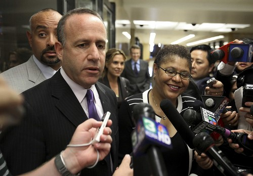 State Senate Leader Darrell Steinberg wants to know why Assembly Leader Karen Bass got more gifts than he did Ruh roh! The FPPC is cracking down on both Democratic and […]