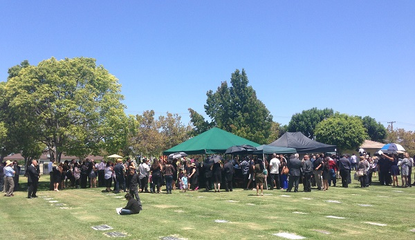 Panorama of crowd facing his resting place.